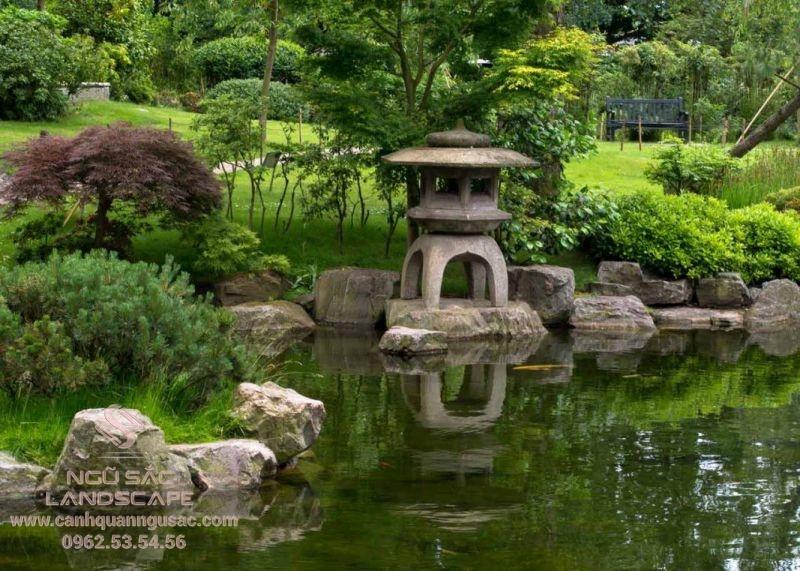 Tiểu cảnh đèn đá Nhật Bản bên hồ cá sân vườn